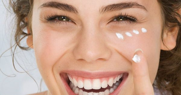 Dùng kem dưỡng da đúng cách khi da ẩm sẽ giúp khóa ẩm tốt hơn.