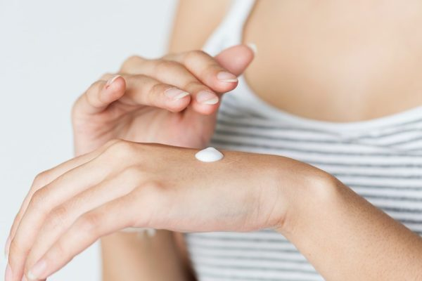 Sử dụng kem dưỡng thông minh là khi bạn test trước nó lên tay và phán đoán trước những kích ứng có thể xảy ra.