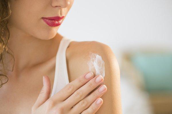 Kem dưỡng da có chứa SPF sẽ giúp ích cho da của bạn.