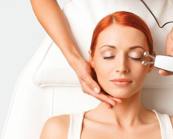 Microcurrent là một dụng cụ massage mặt mà Lindsay muốn hướng dẫn chăm sóc da cho chúng ta.