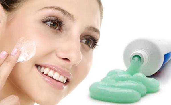 Với các thành phần chứa chất tẩy trắng, nốt ruồi cũng sẽ được làm mờ nhờ kem đánh răng