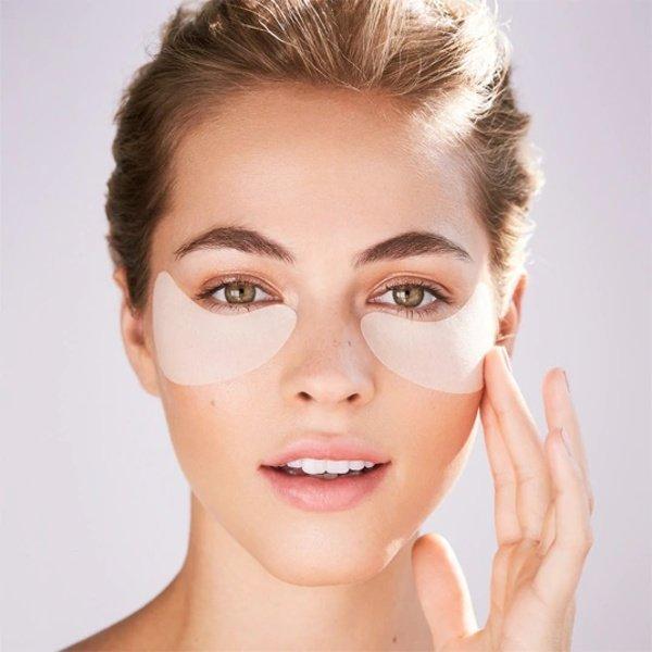 Vùng da quanh mắt là bộ phận nhạy cảm, vì thế cũng cần phải được chăm sóc kỹ càng.