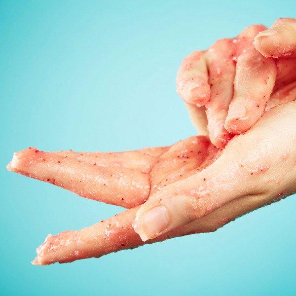 Bạn cần chắc chắn rằng các sản phẩm dùng cho da tay không gây bong tróc hoặc khiến da nhạy cảm hơn với ánh sáng mặt trời.