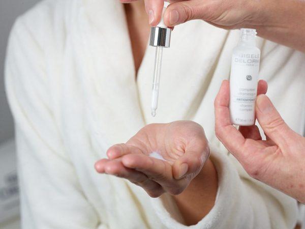 Da tay cũng như da mặt, cần được tẩy da chết đều đặn để lấy lại dáng vẻ mượt mà, căng mịn.