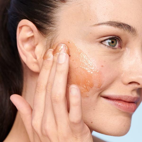 Cách dưỡng da tại nhà đơn giản nhất là tránh tẩy da chết quá nhiều lần, khiến da bạn mỏng và yếu hơn.