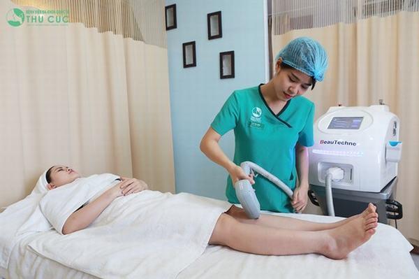 Lông chân được loại bỏ lên tới 95% nhờ ứng dụng công nghệ triệt lông hiện đại tại Thu Cúc