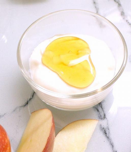Sữa tươi và đường sẽ tạo nên cách làm môi đỏ tự nhiên hiệu quả. Còn mật ong sẽ sửa chữa các vết nứt và trẻ hóa tế bào môi khô.