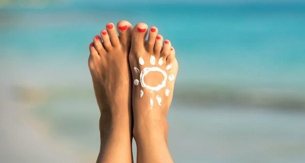 Thoa kem chống nắng là bước không thể bỏ qua khi bạn dưỡng da hàng ngày.