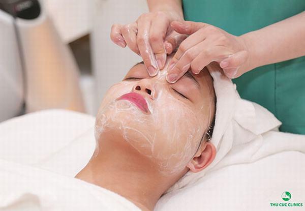 Bạn sẽ được tẩy da chết và chăm sóc da chuyên nghiệp dưới đôi bàn tay khéo léo của các chuyên viên.