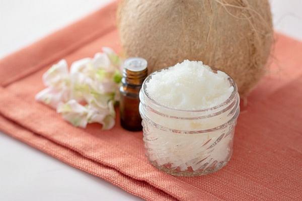 Tẩy da chết với dầu dừa đủ để lấy đi lớp ra bong tróc mà vẫn nuôi dưỡng da mềm mượt.