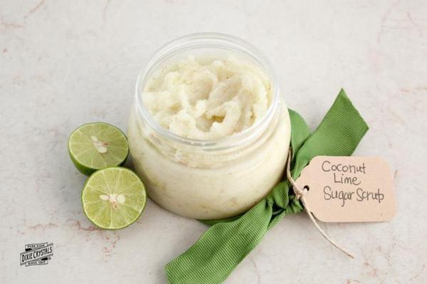 Tẩy da chết bằng dầu dừa và đường là phương pháp làm đẹp quen thuộc của các cô nàng yêu thích sản phẩm handmade.