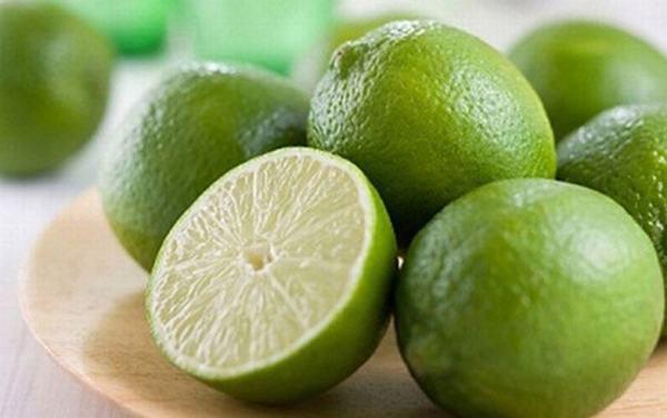 Chanh là loại quả chứa nhiều axit tự nhiên có khả năng tẩy trắng mạnh