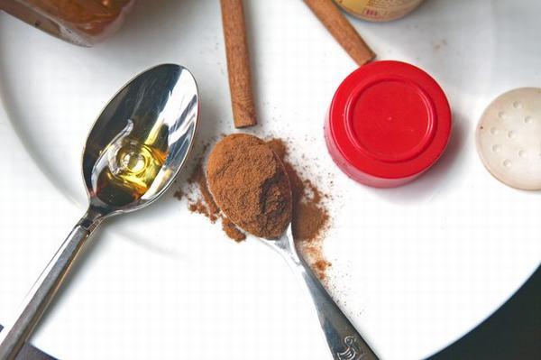 Bạn chỉ cần trộn mật ong và bột quế là đã tạo được một hỗn hợp mặt nạ chống lại vi khuẩn trên da.