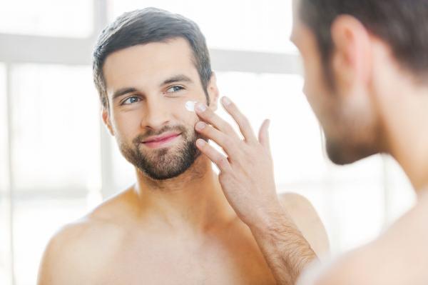 Kem dưỡng ẩm là sản phẩm cơ bản nhất để có một làn da mượt mà, không bong tróc.