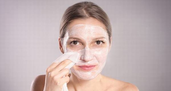 Có nhiều dụng cụ có thể hỗ trợ cách tẩy tế bào chết cho da mặt của bạn, ttùy vào từng nhu cầu của làn da.