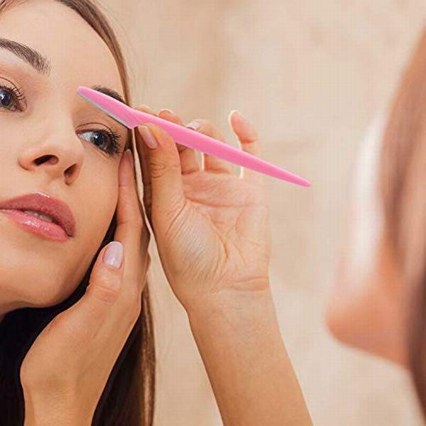 Vì dao cạo có thể làm tổn thương đến da nên bạn phải luôn hết sức cẩn thận trong suốt thời gian cạo lông mày.