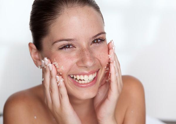 Có nên tẩy tế bào chết cho da mụn? Các bác sĩ da liễu sẽ cho bạn câu trả lời phù hợp với loại da của bạn.