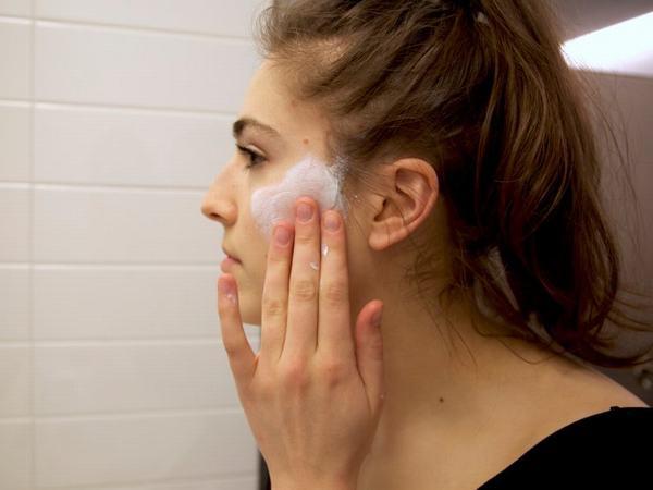 Nếu biết cách thực hiện thì tẩy da chết hoàn toàn phù hợp với da mụn.