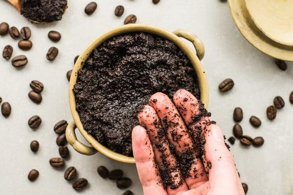 Bã cà phê có thể được tái sử dụng trong vai trò tẩy tế bào chết cho mặt, bàn chân và toàn bộ cơ thể.