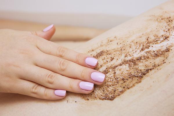 Tẩy da chết trước khi tẩy lông mu là bước chuẩn bị cần thiết cho một quá trình tẩy lông trơn tru.