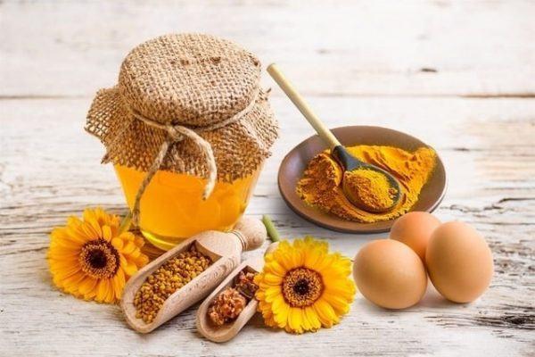 Làn da sẽ trắng và sạch mụn nhờ công thức trị mụn thịt bằng mật ong và nghệ