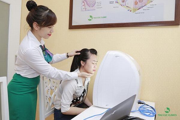 Trước khi điều trị mụn thịt, chị em sẽ được soi da kiểm tra tình trạng mụn