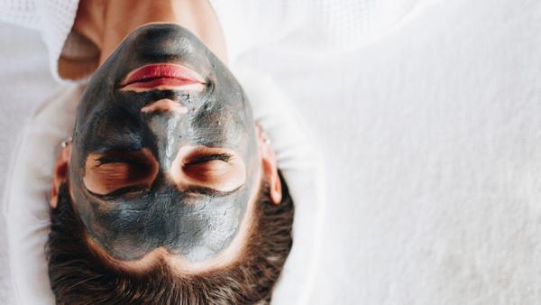 Bạn có thể sử dụng mặt nạ than hoạt tính để tẩy da chết tại nhà.