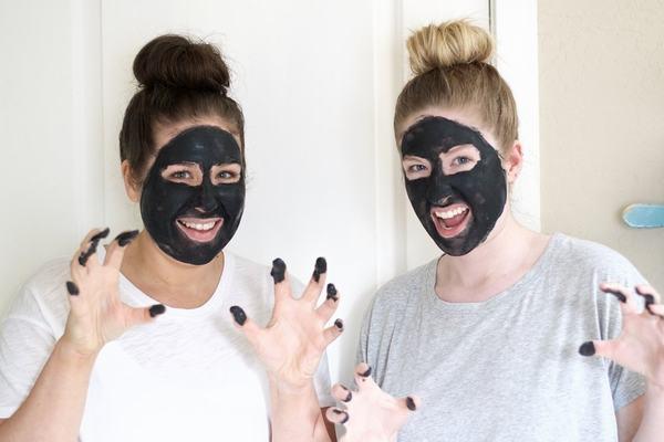 Rất nhiều người yêu thích loại nguyên liệu màu đen vô cùng hữu ích này để chăm sóc da tại nhà.