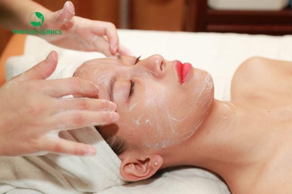 Bạn sẽ được chăm sóc da chuyên nghiệp với những sản phẩm dưỡng da cao cấp.