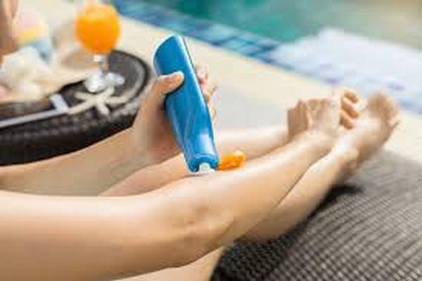 Tia UV mạnh nhất thường là từ 10 giờ sáng đến 4 giờ chiều), nhưng bạn vẫn phải duy trì các lần thoa kem chống nắng cách nhau 3 tiếng.