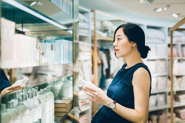 Hãy thận trọng với bất cứ sản phẩm chăm sóc da lúc mang thai nào bạn định dùng.