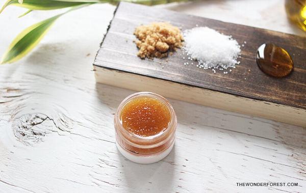 Bản thân dầu oliu đã là chất dẫn của rất nhiều công thức mặt nạ dưỡng môi hiệu quả.