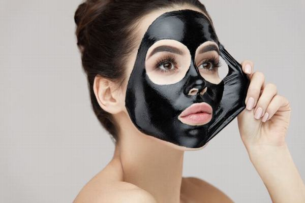 Nhiều người có làn da dầu chắc chắn sẽ ưa thích phương pháp đắp mặt nạ than hoạt tính.