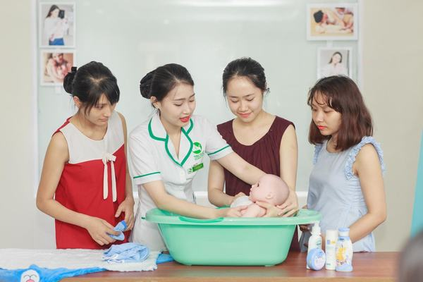 Các mẹ bầu được các kỹ thuật viên tại Thu Cúc hướng dẫn cách tắm cho bé yêu